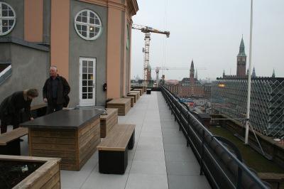 Bestyrelsen på inspirations-besøg på Axelborgs tagterrasse i hjertet af København. Den lyse flise bliver den samme i vores ejendom. Derimod har bestyrelsen fravalgt den mørke flise i kanten.