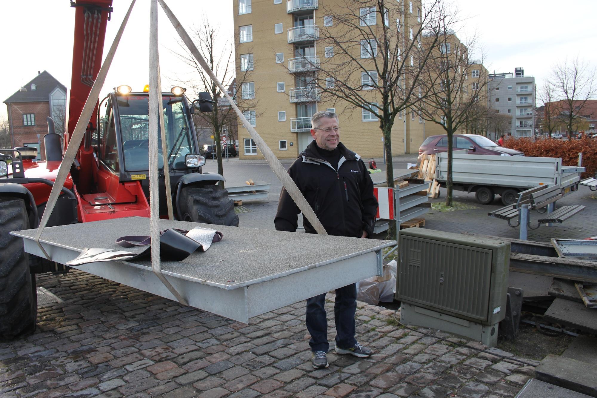 Henning Rasmussen bag en af de nye stålkasser