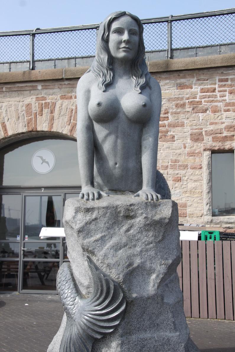 Endelig: Den falske Havfrue på vej væk